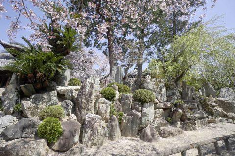 勇壮な石組みの粉河寺庭園