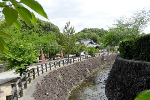 参道に沿って流れる長屋川